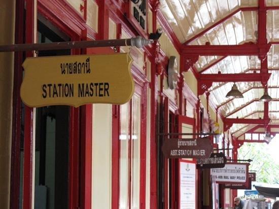 Hua Hin Railway Station: ieder zijn kantoortje