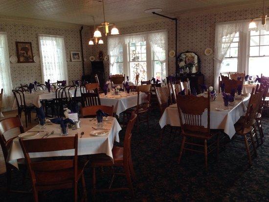 Adirondack Hotel: Hotel dining room.