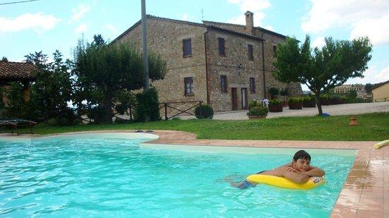 La Country House Il Vecchio Fienile: la piscina
