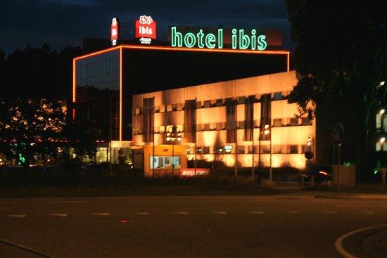 Hotel Ibis Schiphol Amsterdam Airport : Hotel Ibis Amsterdam Airport bei Nacht 1