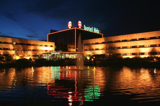 Hotel Ibis Schiphol Amsterdam Airport : Hotel Ibis Amsterdam Airport bei Nacht 2