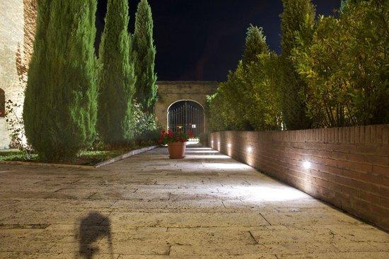 Hotel More Di Cuna : garden at night