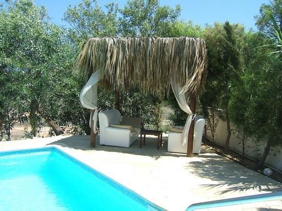 Thalassines Beach Villas Hotel: outside lounge area