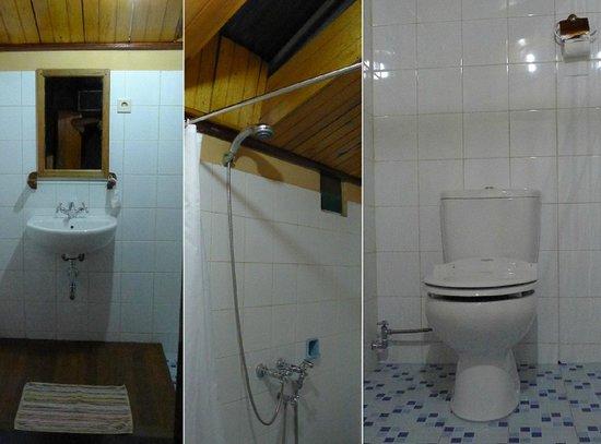 Ue Datu Cottages: private bathroom