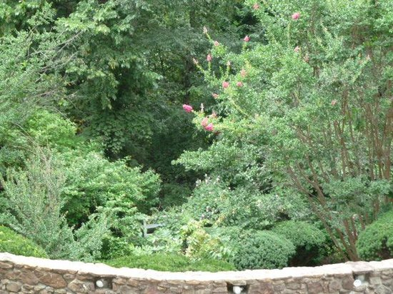 Quality Inn: garden grotto without flowers