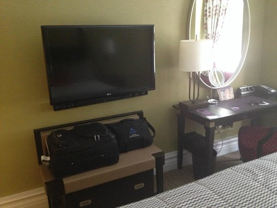 St. Ermin's Hotel, Autograph Collection: Flat Screen/Nice work desk with plugins for American power sources