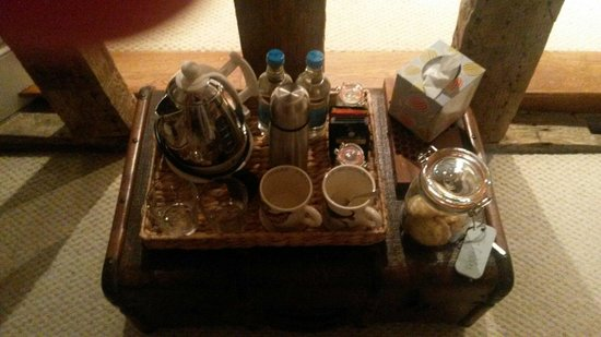 The Gables B&B Hadleigh: Excellent range of teas, jar of tasty cookies for midnight snacking and a flask of fresh (yes, r