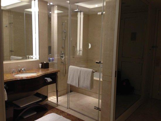 The Okura Prestige Taipei : Spasious bathroom with separate bathtub and rain sower
