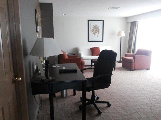 Radisson Hotel & Suites Guatemala City: ESCRITORIO COM CADEIRA CONFORTÁVEL E AMPLA
