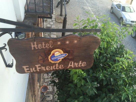 Hotel Enfrente Arte: Letrero