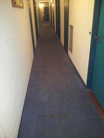 Appart'City Lyon Part-Dieu Garibaldi: couloir a faire peur avec  tapis taches !!!