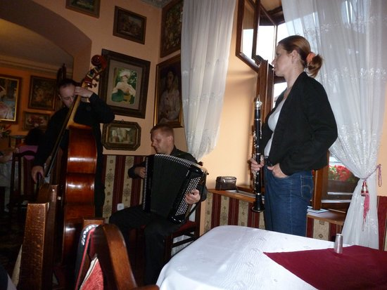 Ariel : Klezmer band at restaurant
