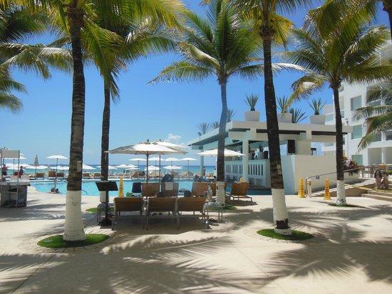 Playacar Palace: la terraza,alberca y