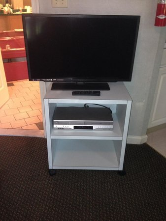 Villas at Tree Tops and Fairway : Cheap thrift shop type tv stand