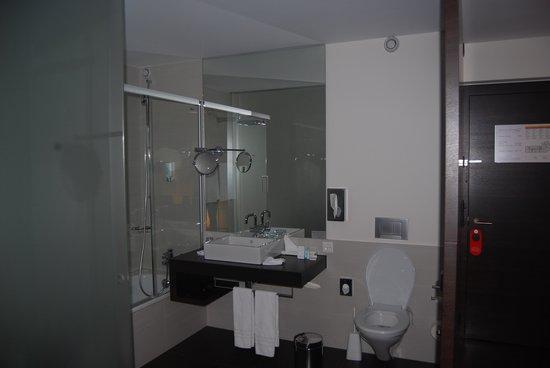 Hotel Waldstätterhof: Modern bath