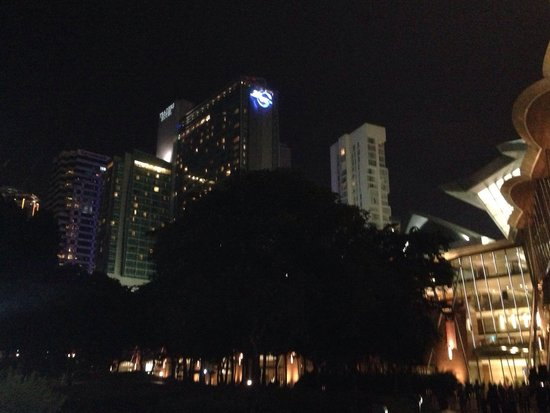 Traders Hotel, Kuala Lumpur : KLCC公園から見上げたトレーダーズホテル。コンベンションセンターと接続しスリアKLCCショッピングセンターまで冷房が効いているコンベンションセンター内を歩いて行けますし、パビリオンにもコンベ