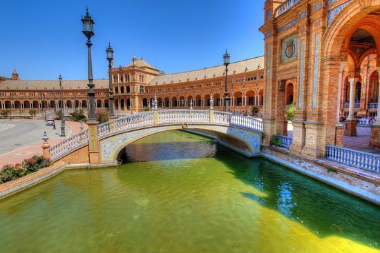 Plaza de España: Bridge near the entrance