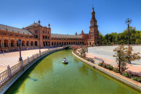 Plaza de España: The canal