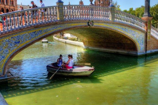 Plaza de España: A Bridge