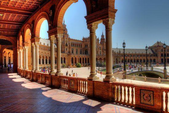 Plaza de España: Behind the pillars