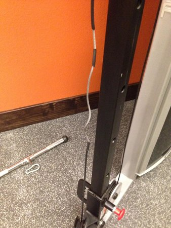 Country Inn & Suites Wolfchase - Memphis: Worn cording on universal weight machine.