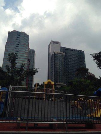Traders Hotel, Kuala Lumpur : KLCC公園から見上げたトレーダーズホテル.