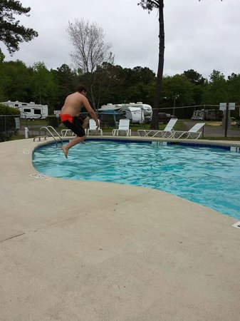 Lake Aire RV Park & Campground: Jumping into the pool
