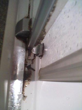 Grand Metropole Hotel : Mould on shower door
