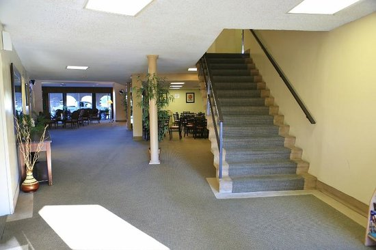 Valley Inn & Conference Center: LOBBY REAR ENTRANCE