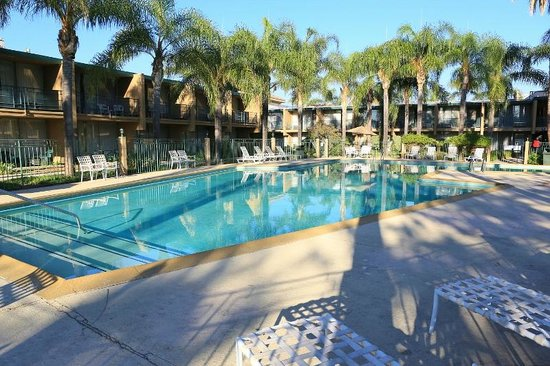Valley Inn & Conference Center: OUTDOOR POOL