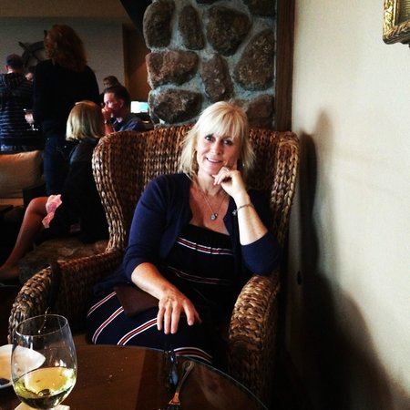 Bodega Bay Lodge: relaxing in the bar