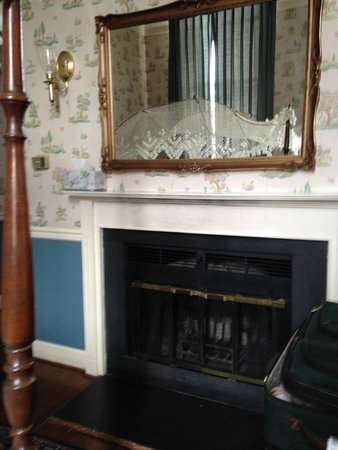 Leesburg Colonial Inn: fireplace in our room