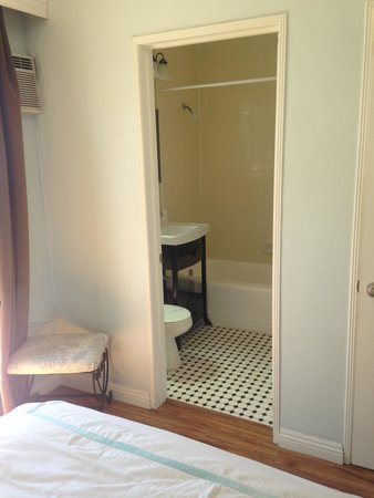 Seaside Laguna Inn & Suites : bathroom in 201