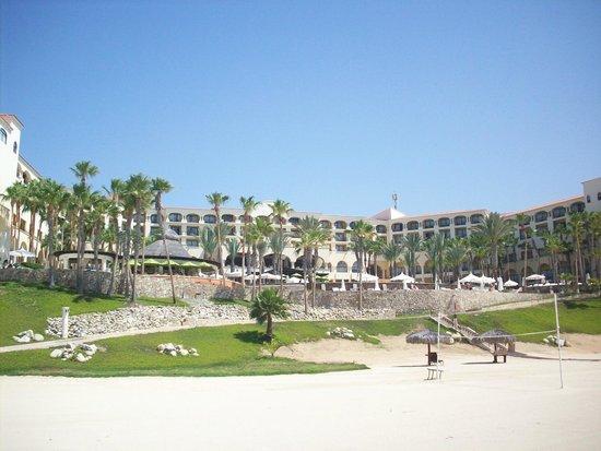 Hilton Los Cabos Beach & Golf Resort: Rear of hotel from beach