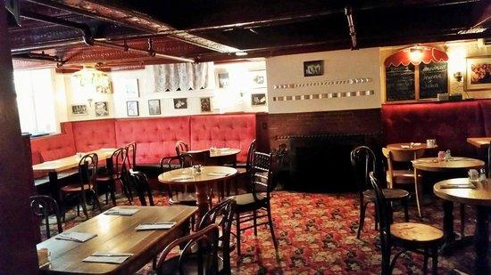 Lion's Den Pub: Dining area.