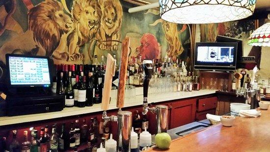 Lion's Den Pub: Half of the L-shaped bar.
