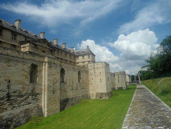 Bois de Vincennes: Стены Винскнского замка