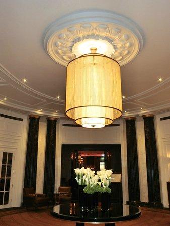Hotel Bristol Wien: ホテルロビーのシャンデリア