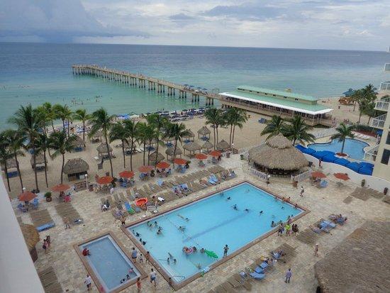 Newport Beachside Hotel and Resort: Area de piscina