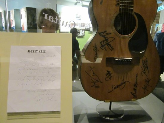 Birthplace of Country Music Museum : Lots of musical instruments