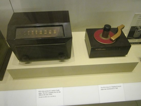Birthplace of Country Music Museum : antique radio & 45 rpm phonograph