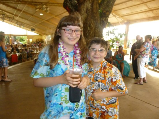 Luau Kalamaku: Kids and background