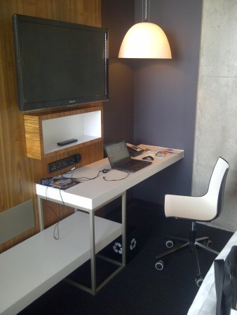 Alt Hotel- Toronto Airport: The desk area - free wifi and local calls