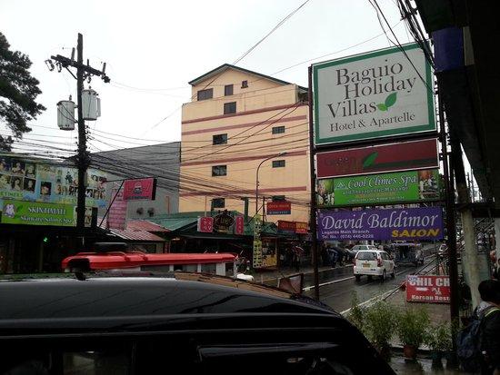 Baguio Holiday Villas: Opposite across hotel - Shops