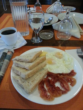 Baguio Holiday Villas: B'fast at lobby area