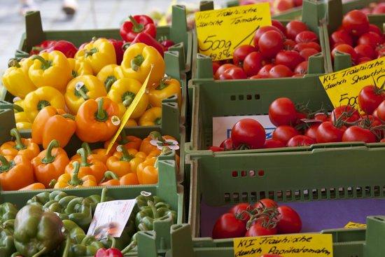 Frauenkirche: Fruit stall in the Hauptmarkt