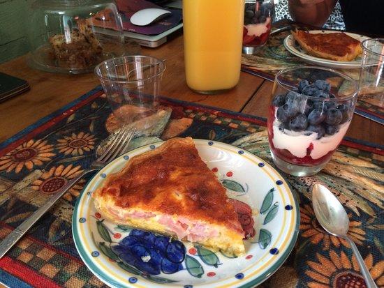 Murski Homestead B&B: Amazing breakfast quiche and fresh fruit