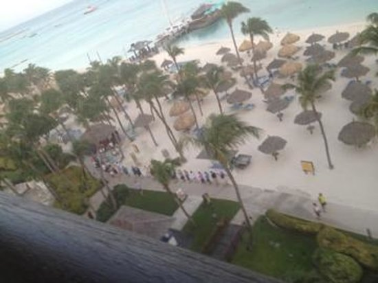 Hyatt Regency Aruba Resort and Casino : Guest waiting in line for free beach hut (before 6AM)