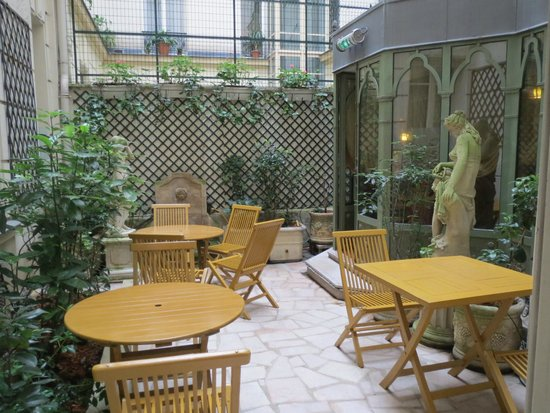 Chambiges Elysees Hotel: Courtyard dining