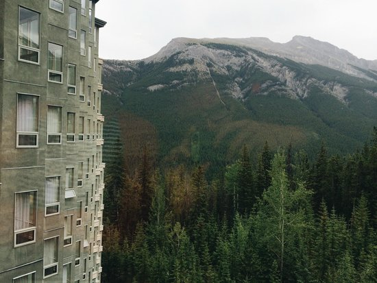 Rimrock Resort Hotel: View from hotel - Mt Rundle in the background